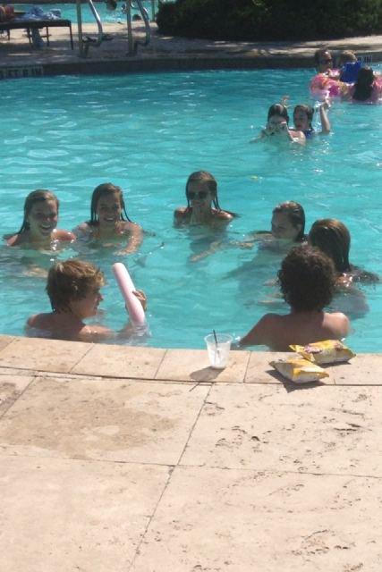 Christian a la piscine avec des amis