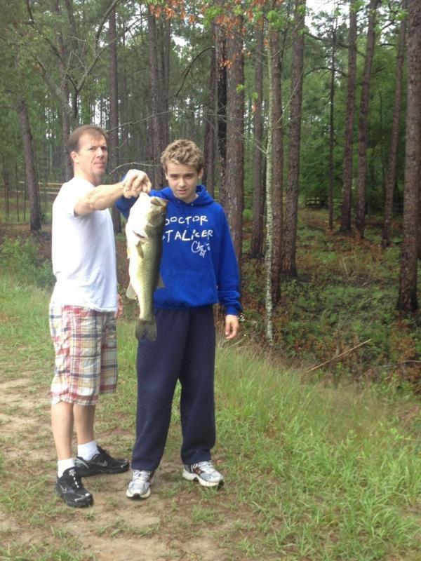 Christian a pécher un poisson avec son père