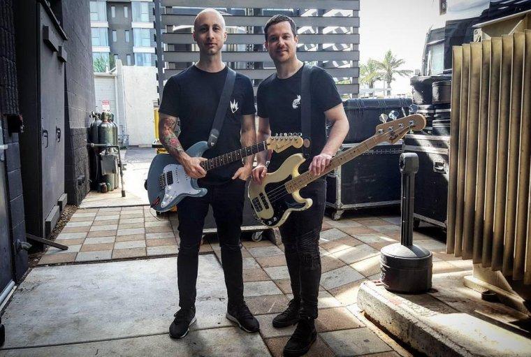 Simple Plan traine avec le coordinateur de Fender dans Scottsdale