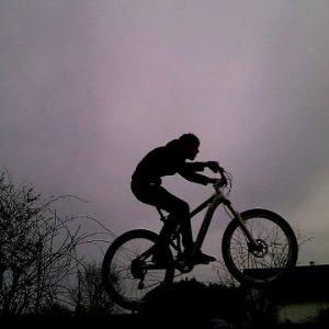 Voici une photo prise lorsque que j'ai fait un saut en VTT en soirée