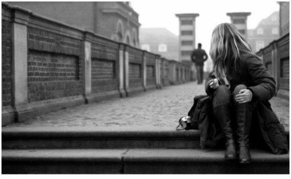 Elle est assise, là, elle fixe l'horizon. Et elle pleure. Elle n'est pas malheureuse, elle est tout simplement amoureuse..