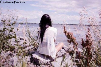 Celui que j'aime ne doit pas être celui qui me fait pleurer, mais celui qui sechera mes larmes.