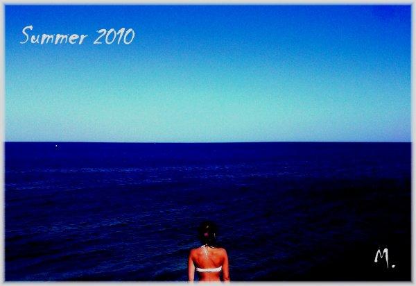 <<. __  Elle fixe l'horizon . . . Elle n'est pas malheureuse , elle est tout simplement amoureuse . . .  __ .>>