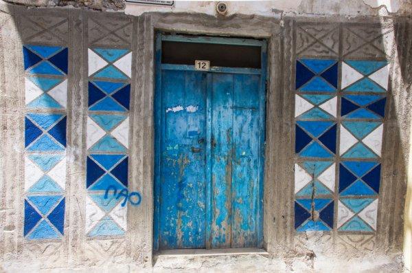 Derrière la porte bleue