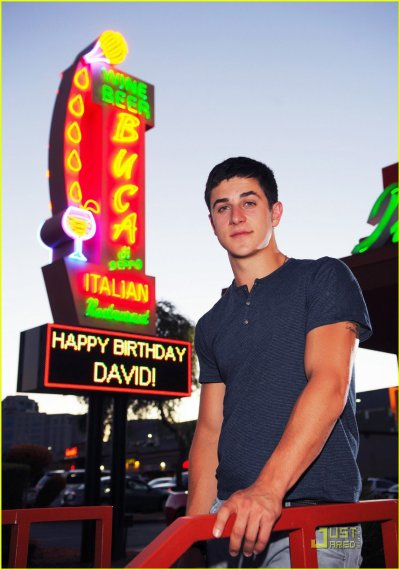 David henrie a mit des photo de lui sur facebook  pour son anniversaire (: