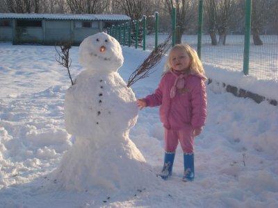 ma fille avec le bonhomme de neige lol il est juste a sa taille