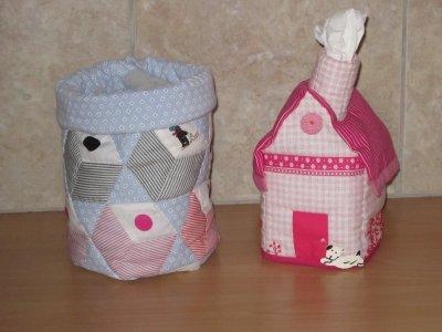 Petite maison à mouchoirs et sac garni de friandises pour Lisa et Nicolas ravis