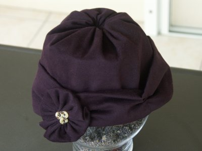 Ne trouvant pas de chapeau à mon goût, je me suis lancée dans sa fabrication ! Le résultat n'est pas trop mal, sachant que je n'avais pas de modèle !