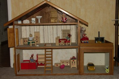 Belle maison de poupée fabriquée par papy, mais chut, c'est le Père Noël qui l'a apportée !
