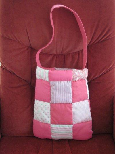 Ne pouvant restée inactive, j'ai réalisé ce sac qui fera , sans doute, un jour, le bonheur d'une petite fille ! Il ne me reste plus qu'à le customiser.