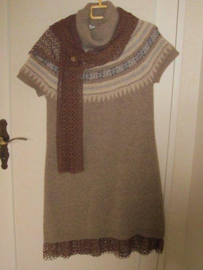 J'ai customisé une robe que je trouvais trop courte pour moi. Je l'ai rallongée avec une dentelle synthétique. Mes amies crocheteuses vont bondir !