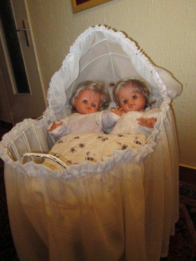 Hortense et Fabienne dans le berceau fabriqué par mon mari il y a près de 45 ans !