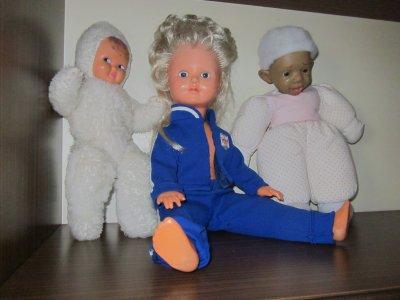 Encore quelques poupées. Les pauvres auraient bien besoin d'une nouvelle garde-robe par les temps qui courent ! Je vais y penser...