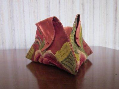 Astucieuse pochette triangulaire à plier façon origami