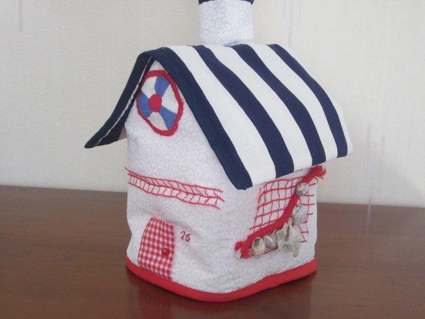 Petite maison à mouchoirs, demandée par mon petit-fils Alexandre, sur le thème de la pêche.