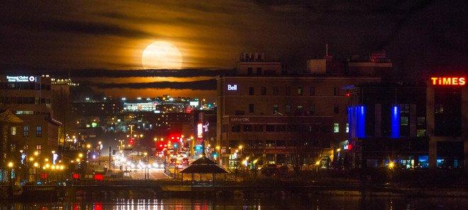 coucher de soleil et pleine lune au Québec