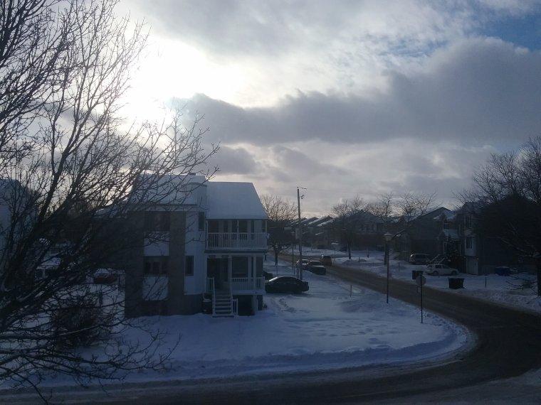 Un trou dans les nuages entre 2tempětes de neige dans mon Québec