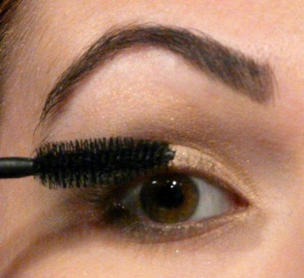 Astuce Make-Up n°2 : Réalisez un maquillage Kaki et Or tendance