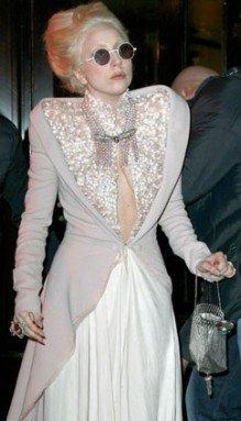 PHOTOS - Lady Gaga à Paris : pas peur d'attraper froid avec son décolleté Empire ?