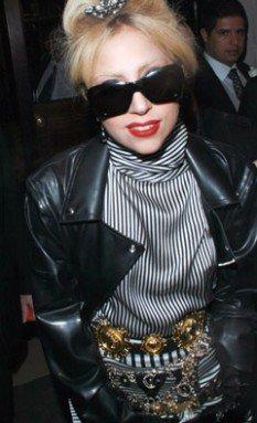Lady Gaga : perchée sur ses hautes chaussures, elle a toujours autant de mal à marcher tout seule !