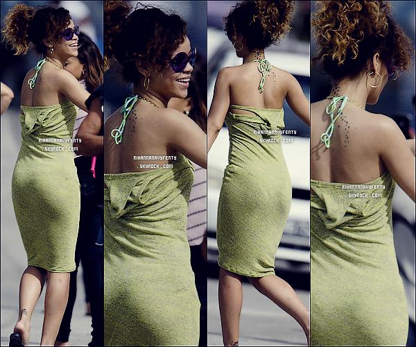 27/12/11 - La sublime Rihanna et partir visiter Barbade pour les fête de fin d'année elle était a perçus Chez ses amis, pour moi Rihanna avec sa jolie robe vert et vraiment magnifique, et vous comment la trouve-tu Rihanna Fenty ?.