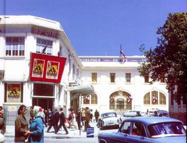 Cette photo n'est pas en Franc Mais en Algérie, dans la ville de Sidi Bel Abbes Fin des années soixante Quand l'Algérie était française Ce bâtiment existe toujours tel qu'il est Siège  grand poste et salle de cinéma
