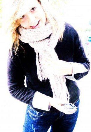 """Peut-être que l'amour, c'est passer dans des dizaines de bras, respirer des dizaines d'odeur, passer ses mains dans des cheveux blonds, bruns, roux. Regarder au fond d'yeux bleus, verts, chocolats, noirs, froids, rieurs, distants, étonnés. Passer ses bras autour de tailles rondes, osseuses, moelleuses, râpeuses. Embrasser des lèvres douces, pulpeuses, fines, bavardes, taiseuses, qui goûtent le nutella, la fraise ou la pomme. Enlever un T-shirt rose, une jupe droite, un jean large, des converses, des talons. Observer un sourire moqueur, heureux, idiot, calculateur. Connaître des dizaines de rires différents, de mimiques, de manies, de mains, de baisers, de défauts. Puis peut-être que non. Peut-être qu'on s'amuse, qu'on s'amuse, jusqu'à ce qu'on tombe sur quelqu'un, qu'on lui trébuche dessus, et que ce quelqu'un, cet """"obstacle"""", devienne bien plus qu'une dalle mal fixée. Jusqu'à ce que cet obstacle devienne de l'oxygène, une nécessité... <3"""