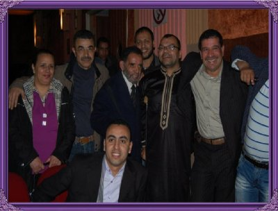en compagnie d'un groupe des artistes marocain