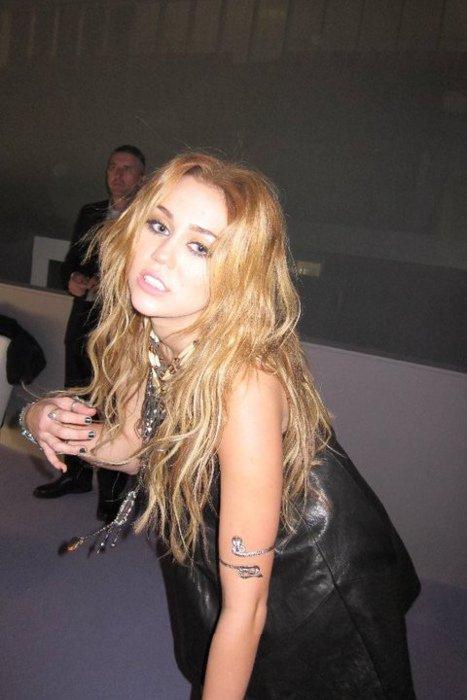 Mileyyy Quii Pose Elle est Tellement Belle Je susi De Plus en Pluus Fann D'elle :P  Elle aparait aussi Sur Des phtos avec Kelly Osbourne  en Train de Manger des Cupcakes !! xD Quelle Gourmande alors Cette Miley xP '. Votre Avis ?