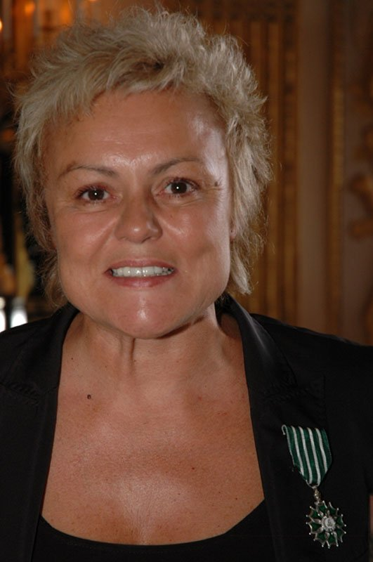 """NEWS : Muriel Robin reçoit les insignes de """"Chevaller de L'Ordre des Arts et des Lettres""""."""