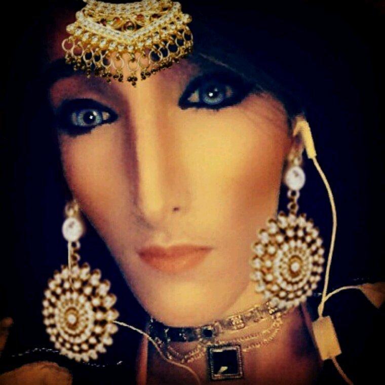 Khallini shoufak laisse moi regarder tes yeux de la mère bleus ?