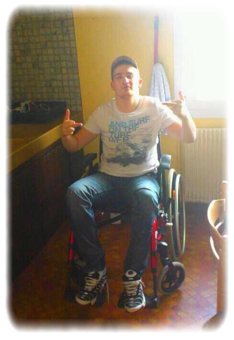 Je m'appelle Mathieu et j'ai 25 ans , avec force et honneur je roule sur la route de la vie sur un fauteuil roulant. Souvent les gens me regardent étrangement, j'ai longtemps cru malheureusement que leur jugement est important