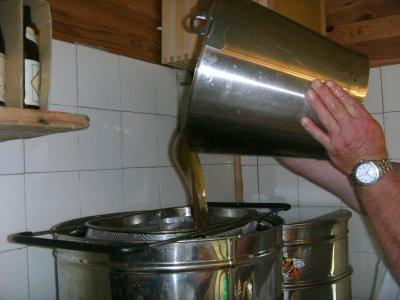 filtage  du  miel   dans  le  maturateur