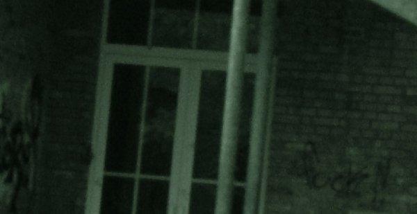 Quelqu'un derrière les vitres ?