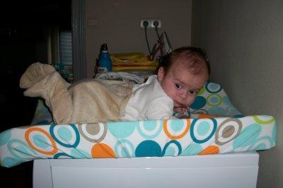 Nathan 3 mois pose pour maman