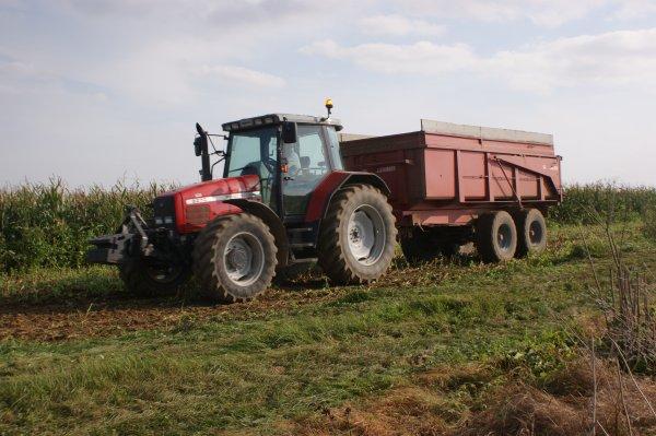 Cette après midi chez mon maître de stage remplissage des silos a maïs 50 ha d'ensilage