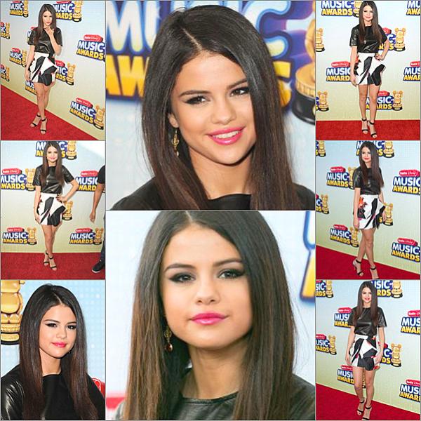 """. La jeune femme aux multiples facettes était présente """"Radio Disney Music Awards 2013"""", qui avait lieu au Nokia Theatre à Los Angeles le 27/04/13. De plus, Selena a reçu le prix de la meilleure artiste féminine face à Cher Llyod et Taylor Swift. Enfin, la jeune femme a exercé son single Come & get it."""