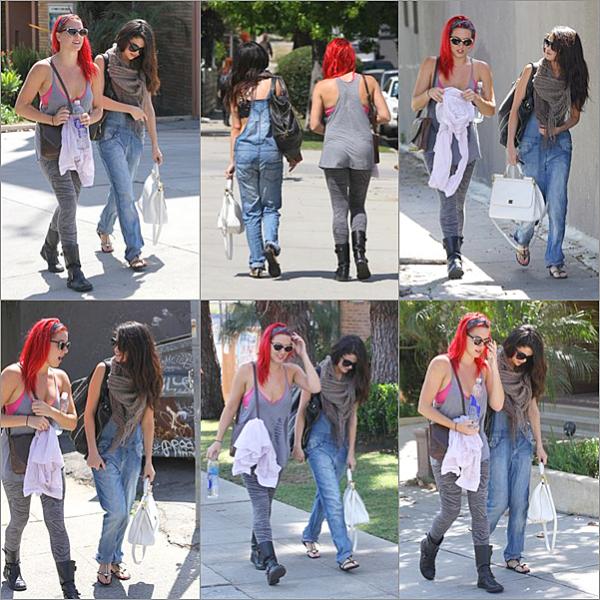 """. 25/04/13 : Selly s'est rendue au studio de ABC pour une apparition sur """"Good morning America"""" à New-York. 25/04/13 : Par la suite, la jeune femme a pris l'avion direction Los Angles pour la promotio de Come & get it 26/04/13 : Los Angeles, où Selena Gomez se rendait à Pop physiques (cours de sport) et est ensuite allée à un cours de danse en compagnie de son amie chanteuse Charity Baroni à West Hollywood.  ."""