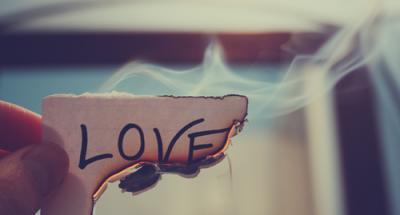 De toute façon, l'amour, c'est un attrape-couillon qu'on a inventé pour vendre des livres,des journaux, des crèmes de beauté, des places de cinéma. En réalitié,c'est tout sauf romantique.