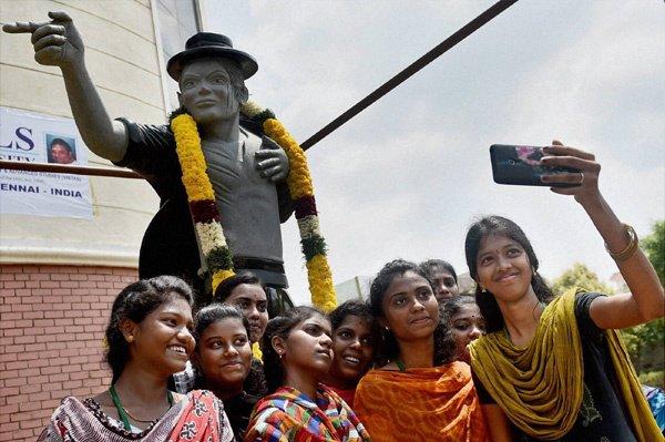 Une nouvelle statue a été inauguré en Inde. Elle pèse 3,5 tonnes et est fabriqué en granit