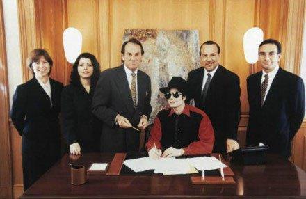 Sur cette photo Michael et les dirigeants de Sony Music et ATV (Tommy Mottola à gauche de MJ), signe la cession d'un quart du catalogue ATV que possède Michael
