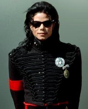 Michael Jackson est l'artiste qui a rapporté le plus de bénéfice cette année. Il a rapporté plus 825 millions de dollars à ses ayants droits et engendré plus de 2 milliards de dollars.