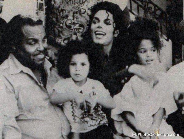 """""""Je n'ai jamais pleuré de ma vie, même pas à la mort de mon père. Mais Michael ça m'a fait un mal au coeur que je n'ai jamais ressenti auparavant."""" Joe Jackson en 2010"""