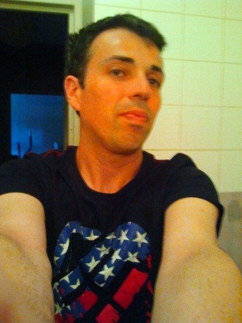 Cédric Qui se prend en photo dans la belle salle de bain