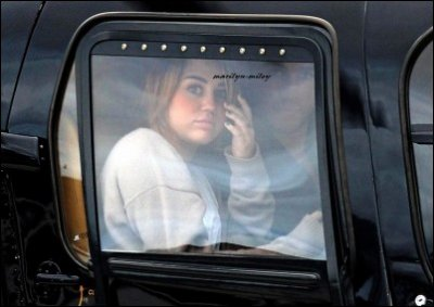 Miley s'est rendue à Phillip Island pour rendre visite à la famille de son chéri Liam. Retrouvez trois photos ci-dessous de  arrivée de Phillip Island.