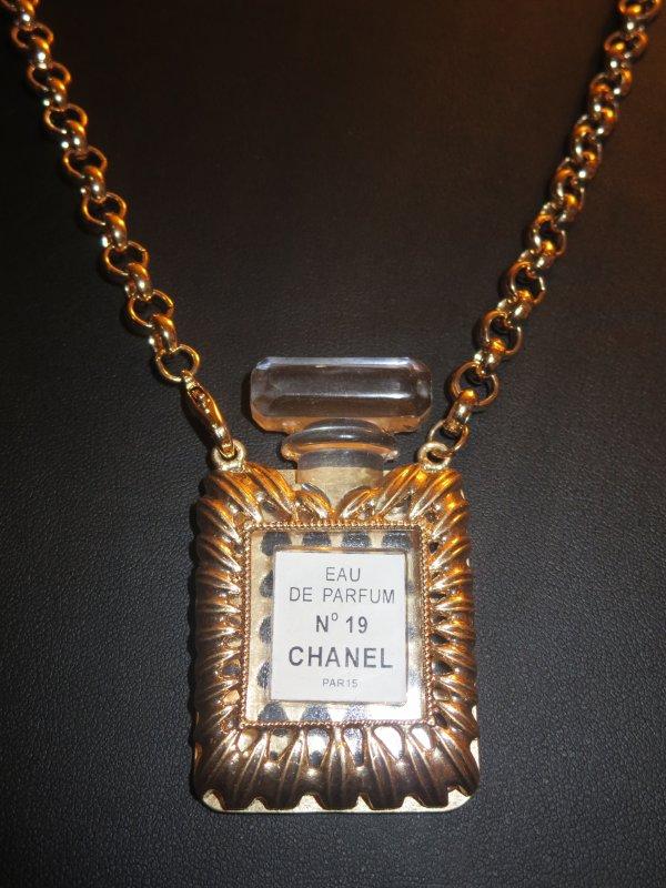 ✿ Chanel - N° 19 - bijou pour décoration aux Galeries Lafayette ✿