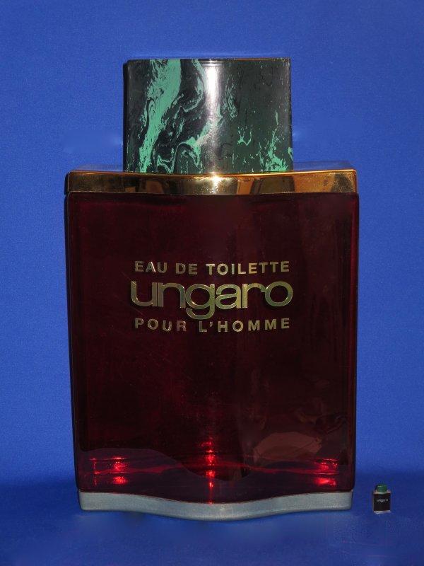 """✿ Ungaro - POUR L'HOMME - Factice """"Géant"""" et son pin's ✿"""