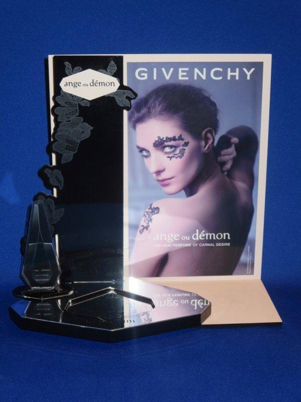 ✿ Givenchy - présentoirs ✿