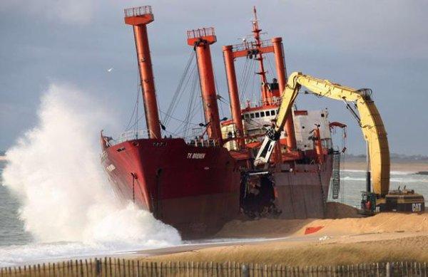 Déconstruction du TK BREMEN sur la plage d'Etel ...