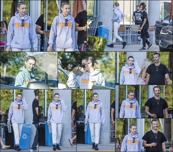 . 07/09/2016 : Sarah et Jaden ont été photographiés alors qu'ils passaient un moment en amoureux à Los Angeles. Je n'aime pas le sweatshirt de Sarah. Je ne pense pas qu'elle se soit soucié de ce qu'elle portait cette fois-ci. Cependant, j'aime beaucoup sa coiffure. .